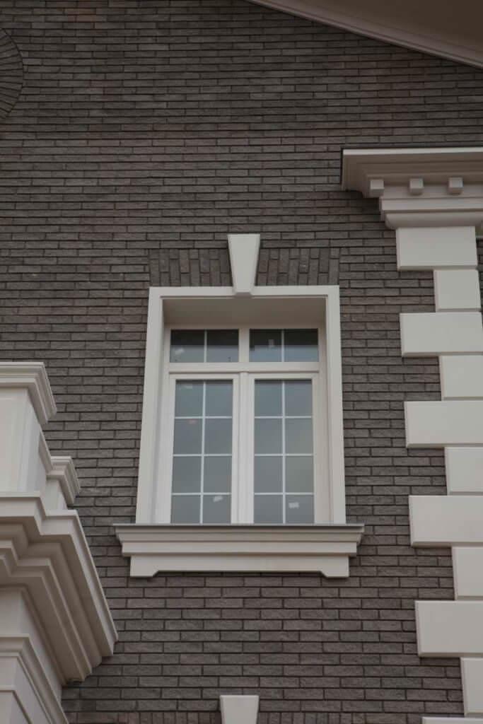 Заключительный этап фасадных работ – это обрамление окон дома