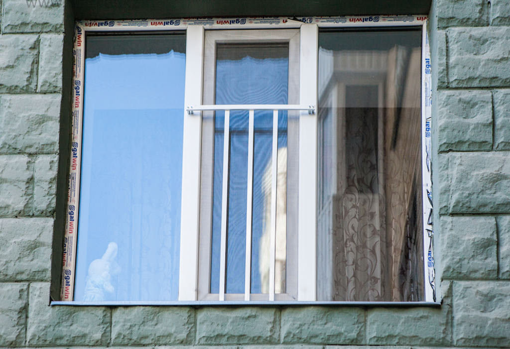 Защита для детей на окнах – основные способы